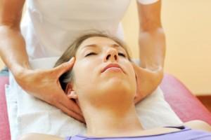 Patientin bei osteopathischer Behandlung